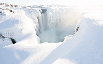 Islands Wasserfälle im Winter