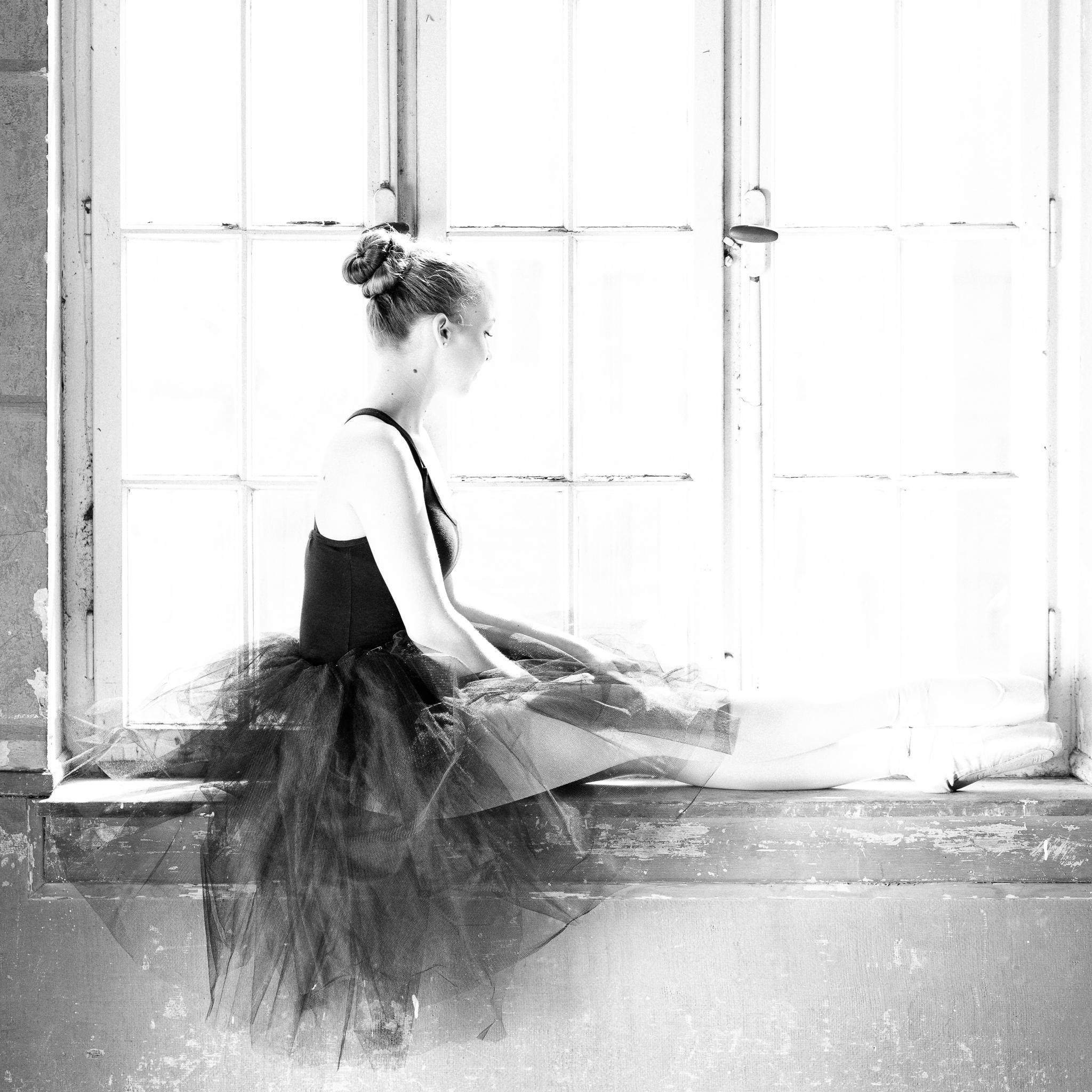 Ballett - Diana im Gegenlicht des Fensters