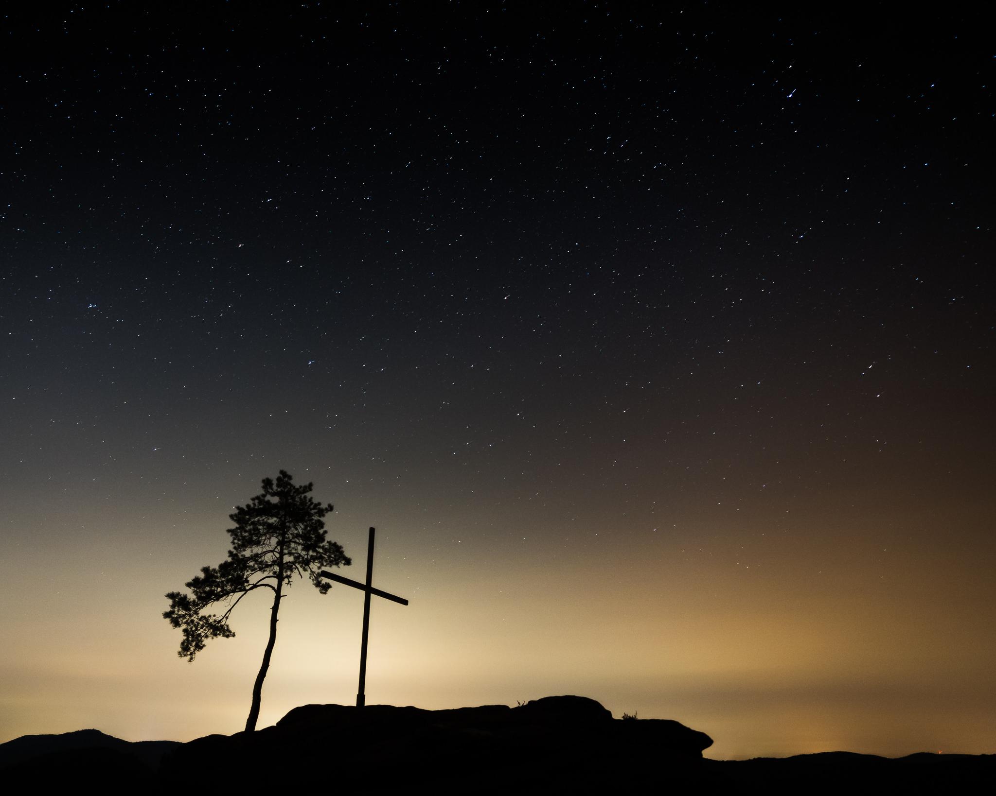 Kreuz und Milchstraße unter dem Sternenhimmel