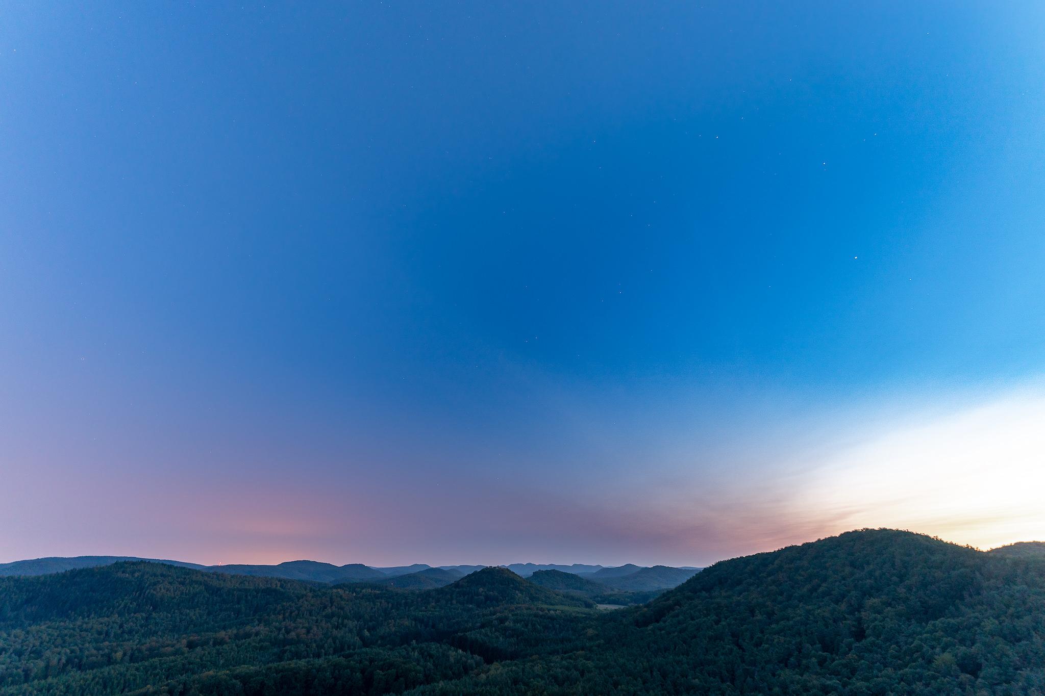 Pastellfarbener Himmel zur Dämmerung über Lindelbrunn